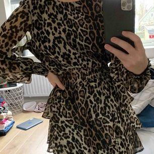 Väldigt populär klänning i leopard mönster i storlek XS. Passar tyvärr inte in min stil riktigt och därför är den knappt använd