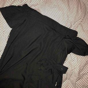 En svart off-shoulder klänning! Aldrig använd men superfin och materialet är jätteskönt mot kroppen! Kommer med ett band som tillhör som man kan knyta i midjan. Säljer då jag inte trivs i off-shoulder 🦋🦋🦋