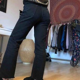 Supersnygga Levi's jeans köpta på pop boutique! De är i superbra skick, avklippta längst nere men sitter bra på mig som är 1,70 cm!