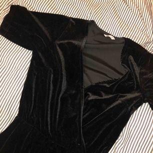 En svart lång jumpsuit i sammet från Cubus! Den är inte tight i benen utan rak! Kan skicka fler bilder ifall de skulle önskas! Är använd 1 gång bara ☺️🦋 SÅ FIN!