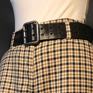 bälte med dubbla hål. passar till många olika stilar.