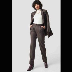 Kostym från NAKD 🍒 Endast använd 1 gång så nyskick! 🍒 Storlek 38 🍒 Säljes 150kr för hela kostymen (kavaj+byxor), eller 100kr/del! 🍒   Frakt tillkommer!