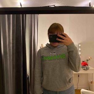 En vintage hoodie från second hand! Det är laget Seahawks märke, är inte så insatt i sånt där men köpte den för tyckte den va cool o snygg! Köpte för 300kr