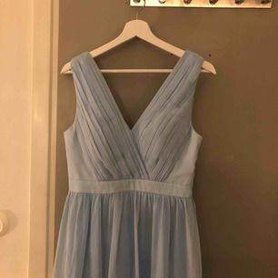 Min balklänning från balen 2019. En jättfin ljusblå långklänning. V-ringad både fram och i ryggen. Finns inlägg i bysten! I fint skick men skulle behöva en tvättning längst ner (den är inte uppsydd). Vill man köpa väskan också får man det 🦋☺️