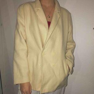 Benvit/gul¿ jacka, inga fläckar eller trasiga sömmar köpt från vintage affär. Frakt tillkommer