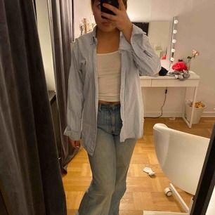Blå vit randig skjorta från Ralph Lauren! Inte mycket använd och i bra skick utan fläckar osånt!