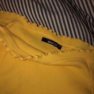 En offshoulder tröja från Gina tricot! Är varsamt använd så är så gott som ny 💛🦋