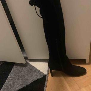Använt Max 2 gånger. Klackarna är fina på båda skorna. Möts upp i Göteborg och tar swish och kontant