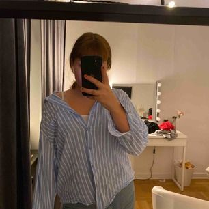Blå vit randig skjorta åter igen haha men den här är billigare då den är köpt på monki! kortare och är mer av en flanellskjorta, jätte skön i materialet och har endast använt den 1 gång!