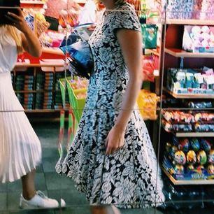 klänning köpt i Florida på Macy's. passar rockabillyfans så väl som flowerpower. snygg med och utan bälte