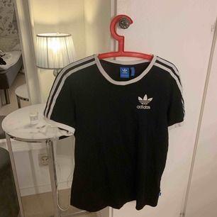 Skitsnygg adidas t shirt! Knappt använd, säljer pga används aldrig längre. Frakt ingår i priset!! Tar endast swish❤️❤️
