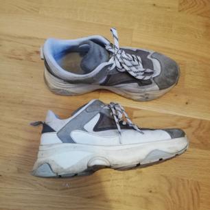 Grå/vita chunky sneakers från Svea i stl 38, ganska rymlig i storleken. Nypris 2000 kr. Köpta för ett år sen ca. Frakt 63 kr.