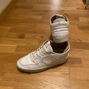 Nypris 2400 kr  Dom har lite märken här och var men är ändå i bra skick. Fantastiskt skön sko!