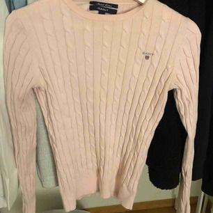 Rosa kabel stickad tröja från gant, jättefint skick!