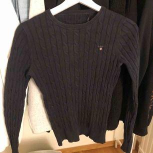 Marinblå kabel stickad tröja från gant.