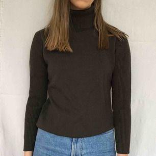 Mörkgrön stickad tröja i ull, kunden står för frakt på 45kr<3