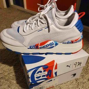 Snygga Pepsi Puma skor. Luftiga och helt oanvända, perfekta för sommar och vår. Kommer i lådan och är storlek 42,5. Priset kan diskuteras.