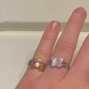 2 jätte fina ringar, den guldiga är ganska liten och passar bara på mitt lillfinger, den med fjärilen är oxå liten, passar bara på mitt ringfinger (har dock ganska tjocka fingrar)  Köparen står för frakt, annars möts vi upp i Stockholm ❤️