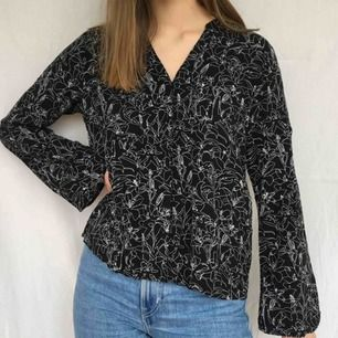 Mönstrad skjorta, är märkt med strl 42 men passar även om man har mindre storlekar beroende på hur man vill att den ska sitta! Kunden står för frakt på 45kr<3