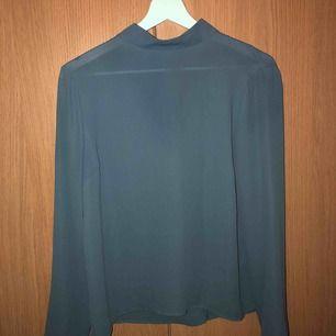 En blå blus från Gina tricot med polo. Tunt och fint material. ALDRIG ANVÄND! 🦋💛