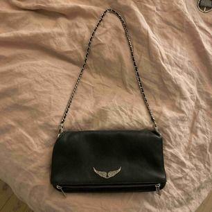 Äkta svart zadigväska i läder😁😁 väl använd men i bra skick medföljer dustbag och två kedjor (en lång och en kort)     ❤️❤️ original pris 3 150kr