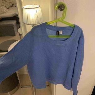 Så fin blå stickad tröja från h&m! Aldrig använd. Frakt ingår i priset. Tar endast swish❤️