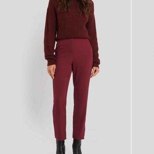 Svinsnygga vinröda kostymliknande byxor från NAKD, aldrig andvända så i nyskick!! Nypris 400kr, skriv för fler bilder💓