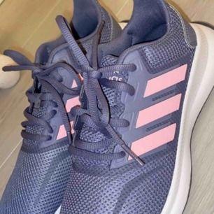 Oanvända adidas tennisskor, mörk lila med rosa detaljer storlek 37.