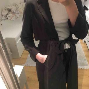 Skit snygg kappa i mocka liknande material från monki. Kommer inte till användning därmed säljer jag den. Frakt inräknat.