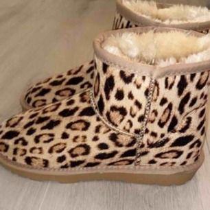 Leopard fake uggs från Nelly storlek 37, helt oanvända pågrund av att jag glömde skicka tillbaka eftersom dom var för små. Varma och mjuka.