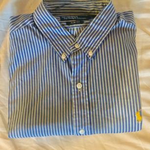 Skjortor från ralph lauren i medium slimfit. 300 st men billigare om du köper flera