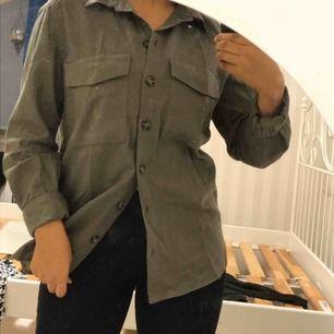 Khaki skjorta, väldigt fin och snygga knappar.  Storlek 36 och knappt använt. Frakt ingår i priset