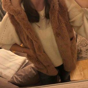 Fin rosa/beige pälsväst från Zara Kids men passar mig som är XS/S💖 Gott skick och passar perfekt till våren⭐️
