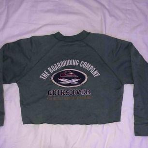 Militärgrön croppad sweatshirt köpt second hand i Italien för några år sen. 🦋