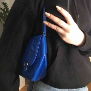 En jättefin liten väska i en cool klarblå färg, säljer pågrund av att den tyvärr inte kommer till användning. Jag köpte den på en second hand. Köparen står för frakten🥰