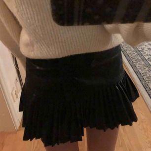 Snygg kjol i läder med volanger och knäppning. Passar både XS och S💓 Kommer tyvärr inte till användning!