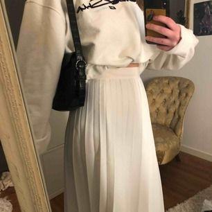 Superfin lång vit kjol, perfekt till sommaren! Står ingen storlek men skulle gissa att det är en S/XS. Jag är vanligtvis en XS och ni ser hur den sitter på mig🦋🕊🕊
