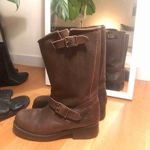Johnny bulls boots i mörkbrun skinn/nubuck  Använt men bra skick  Storlek 37  Frakt tillkommer 95kr spårbart med postnord, alternativt mötas upp i Stockholm