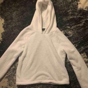 Säljer den här super mysiga hoodien från Ginatricot storlek:XS! Köpte den för 250kr säljer den för 100kr! Kan frakta, dock ingår inte det❤️