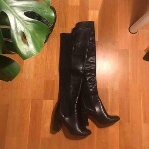 Overknee Boots ✨ Storlek 38 ✨ Skinnimitation ✨ Fint skick! ✨ Förvånansvärt bekväma enligt mig! Kan ha dem en hel kväll utan problem 😍 Säljes pga inte min stil längre     Frakt tillkommer, 63kr spårbart med postnord