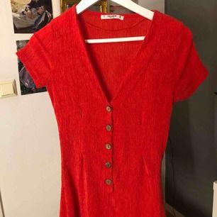 Jättefin klänning i en klar, stark röd färg i ett coolt tyg perfekt till sommaren. Klänningen var från början i storleken S men pågrund av att den var för stor är den insydd. Så den är ungefär XS💕 Köparen står för frakten.