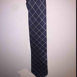 Vintage burberry slips i bra condition. Har använt den en gång på min bal. Köpte den på Asos marketplace och vill sälja den på grund av ingen användning längre.