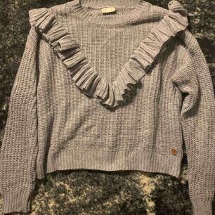 Sjukt fin stickad tröja från Kappahl! Storlek: 146/152! Super fina volanger, passar till allt❤️köpte för 250kr säljer för 100kr, frakt ingår inte❤️