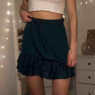 Mörkgrön kjol från Chiquelle, aldrig använd. Köparen står för frakten :)