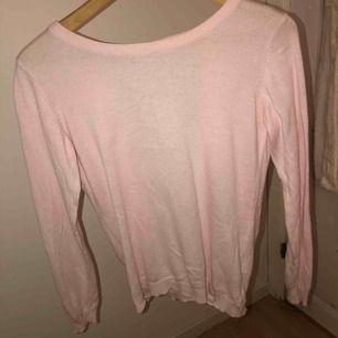 Rosa långärmad tröja där hålet i ryggen är en jättefin detalj tycker jag! I bra skick