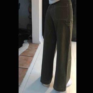 Super snygga byxor från Bershka som tyvärr inte kommer till någon användning. Khaki gröna långa byxor med snygga detaljer och vita sömmar. Som gått som nya(; Kan mötas upp i Malmö annars betalar köparen gör frakten🥰