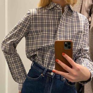 Superfin skjorta köpt på COS rea nyligen, tyvärr kommer den inte till användning :(