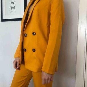 Ett gult kostym sett från nakd, aldrig använt
