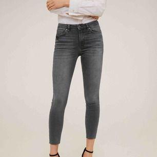 Gråa jeans med egenklippt hål på höger knä, superfräscha! Andvända ett fåtal gången men i ett bra skick!💞