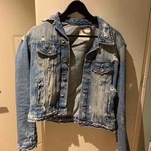Jeansjacka med slitningar från Zara